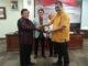 Wakil Ketua DPD Drs Ahmad Muqawan menyerahkan cendra mata kepada Ketua DPRD Sumbar Ir Hendra Irwan Rahim.