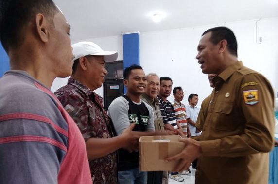 Wako Genius Umar menyerahkan bantuan buat nelayan Kota Pariaman.