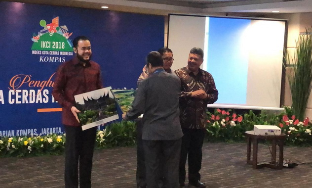 Wako Padang Panjang Fadly saat menerima penghargaan ICKI 2018.