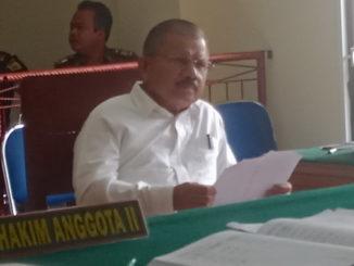 Bupati Ali Mukhni saat menghadiri sidang.