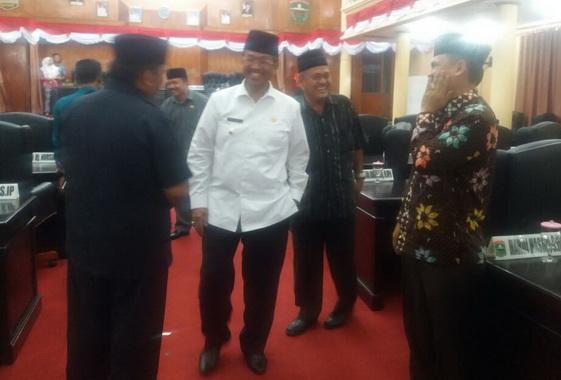 Bupati Gusmal berdialog dengan anggota DPRD Kab. Solok.