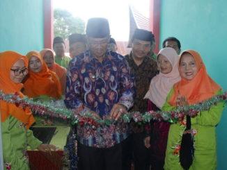Bupati Gusmal memotong pita tanda peresmian gedung baru SMPN 2 Gunung Talang.