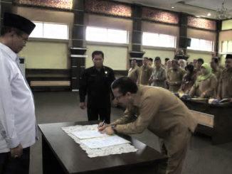 Bupati Gusmal menyaksikan salah seorang kepala SKPD menandatangani perjanjian kinerja ASN.