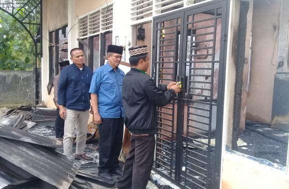 Bupati Gusmal saat meninjau kantor Wali Nagari Aripan yang terbakar.