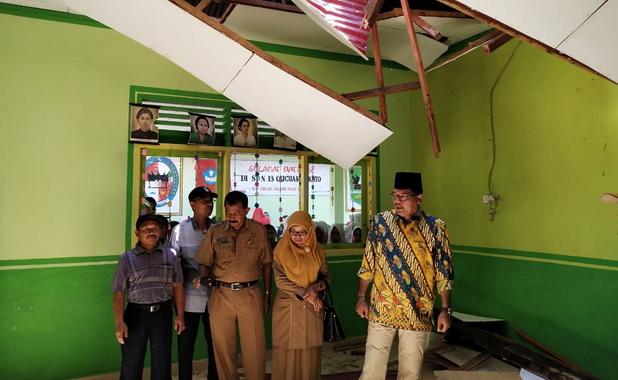 Bupati Irfendi Arbi meninjau gedung SD 13 yang ditimpa pohon tumbang.