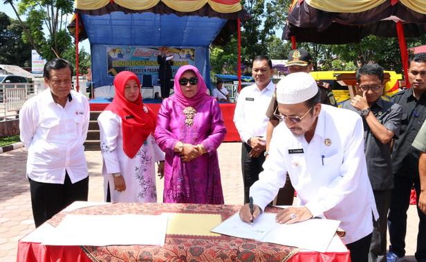 Bupati Pasbar, Syahiran menandatangani naskah peresmian pemakaian 4 gedung pemerintahan yang baru dibangun.