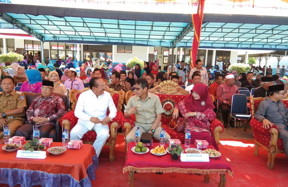 Gubernur Irwan Prayitno bersama mantan Bupati Pasbar, Baharuddin saat menghadiri HUT ke 17 SMK Talamau.
