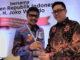 Gubernur Irwan Prayitno menerima penghargaan dari Ketua Dewan Pers.
