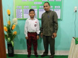 Inilah siswa SD Raudatul Jannah yang berhasil mengukir prestasi juara 3 cilta puisi tingkat nasional bersama kepala sekolahnya.