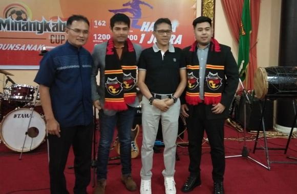 Irwan Prayitno bersama Panitia Pelaksana Minangkabau Cup