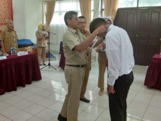 Irwan Prayitno memasangkan tanda peserta Pelatihan PUK Pengadaan Barang dan Jasa pemerintah bagi Aparatur Sipil Negara ASN di aula BPSDM Provinsi Sumbar.