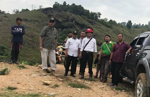 Kades Supriadi dan Ketua KAN Kolok serta rombongan saat meninjau lokasi pembangunan embung untuk sara pengebangan budidaya sewai wangi yang dikelola BUMDes Sejati.