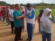 Kadispora Kota Padang Azwin SH MH bersalaman dengan atlet disabilitas.