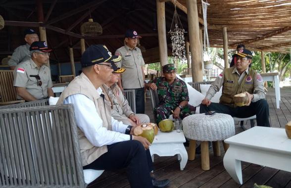 Kepala BNPB Pusat Doni Mornado bersama Wgub Nasrul Abit saat mengunjungi Simakakang.