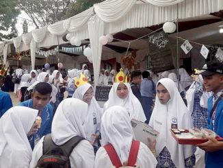 Keramaian di stand kuliner SMAN-1 Padang Panjang.