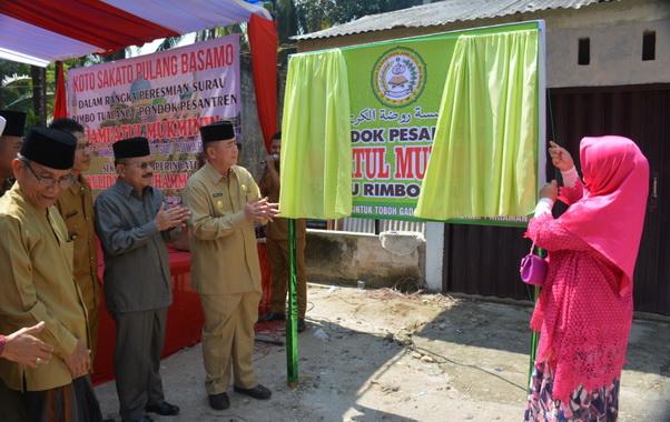 Pembukaan selubung papan nama Mesjid Jamiatul Mukmin di Toboh Gadang.
