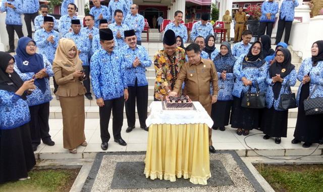 Pemotongan kue tiga tahun kepemimpinan Duet Bupati Irfendi Arbi dan Ferizal Ridwan.