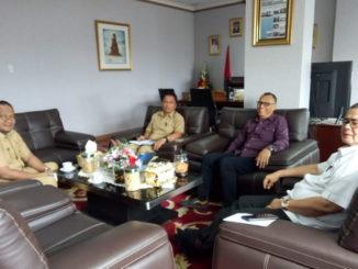 Pertemuan Nasrul Abit dengan Bupati Mentawai Yudas Sabbagalet di ruang kerja wagub Sumbar.