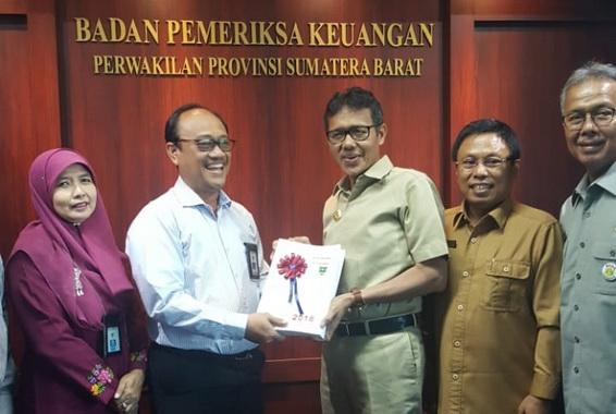 Prof. Irwan Prayitno menyerahkan LKPD 2018 di Kantor BPK RI Perwakilan Sumbar.