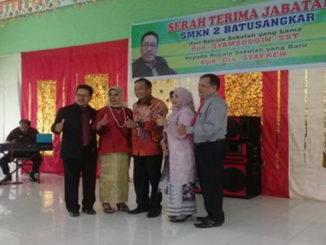 Rizanto Algamar bersama Kepala Sekolah yang lama Syamsuddin, S.ST bersama istri serta Kepala Sekolah Baru Drs. Syafren bersama istri.