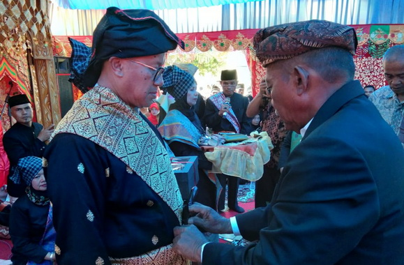 Salah satu prosesi malewakan gelar Datuak Bandaro kaum su Jambak Air Haji.