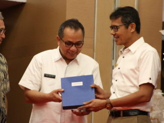Sekda Prov Sumbar, Alwis menerima hasil kearsipan dari Gubernur Sumbar pada Rakornas Pengawasan Kearsipan Tahun 2019 tanggal 27-28 Februari 2019 yang dilaksanakan di Hotel Pangeran Beach.