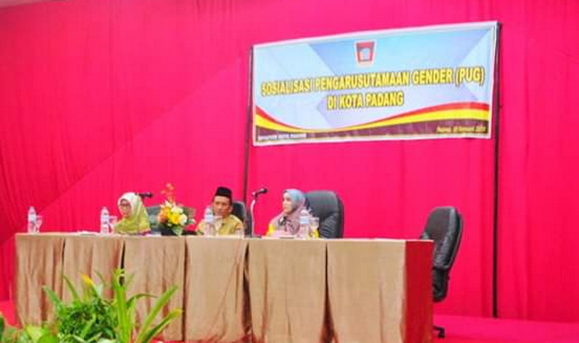 Sosialisasi Pengarustamaan Gender (PUG) di Hotel Rocky Padang.