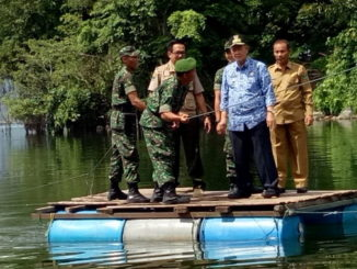 Wagub Nasrul Abit saat naik getek dalam rangka rencana perbaikan lingkungan danau Maninjau Agam.