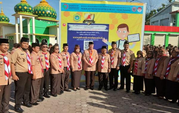 Wagub Nasrul Abit usai apel bersama siswa-siswi di lapangan sekolah SMK - SMAK Padang.