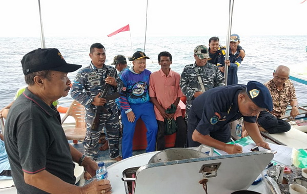 Wakil Gubernur Sumatera Barat Nasrul Abit pada kunjungan kerja mengamati potensi dan pengawasan laut di Perairan Pulau Katang-Katang, Kabupaten Pesisir Selatan.
