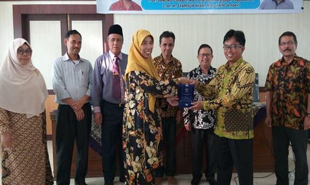 Wakil Rektor I Drs.Desmita,M,Si menerima sertifakat Akreditasi dari Tim Penilai,
