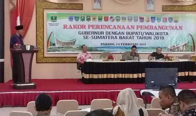 Wako Mahyeldi saat memaparkan persalahan kota Padang.