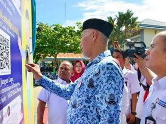 Wako Mahyeldi saat meresmikan aplikasi penerimaan siswa baru SMAK Padang.