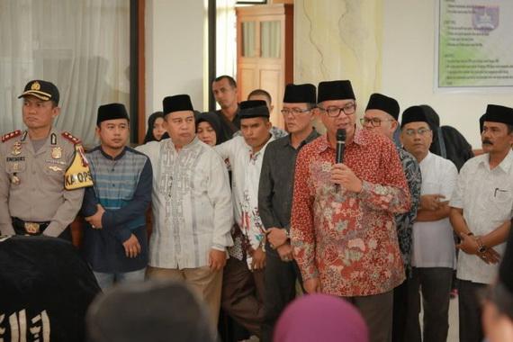 Wako Payakumbuh melepas keberangkatan jenazah wakil.ketua DPRD Payakumbuh Wilman Sungkuan ke temoat peristirahatan terakhirnya.