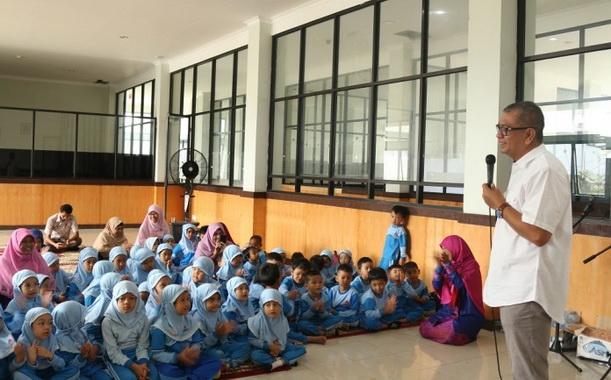 Wako Riza Falepi saat memberi penjelasan tentang walikota kepada murid TK Adzkia.