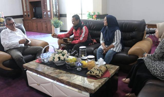 Warga Sapaku berdialog dengan Wako Riza Falepi.