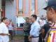 Wawako Payakumbuh mendapat penjelasan dari ketua KPU setempat tentang kondisi kekinian usai menyaksikan pembongkaran surat suara yang baru sampai.
