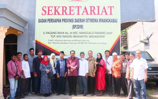 Anggota DPD RI H. Leonardy Harmainy bersama tokoh penggagas Daerah Istimewa Minangkabau.