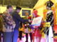 Bupati Gusmal didampingi Aswirman menyerahkan hadiah kepada Uda Uni Kab. Solok 2019 terpilih.