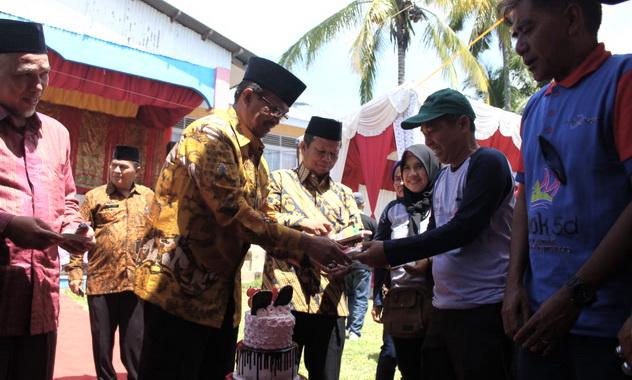 Bupati Gusmal saat meresmikan Lomba Layang-Layang di Selayo.