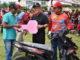 Bupati Indra Catri menyerahkan hadiah sepeda motor kepada pemenang.