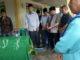 Irdinansyah Tarmizi bersama Wakil Bupati Zuldafri Darma melepas jenazah Ulfa Maryati dirumah duka.
