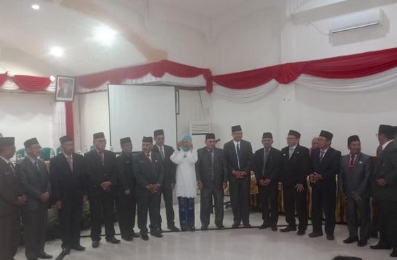 Bupati Mentawai bersama pejabat yang dilantik.