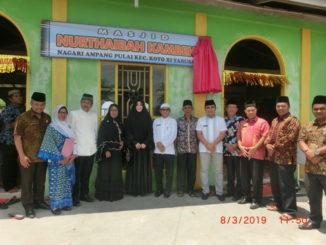 Foto bersama setelah peresmian masjid.