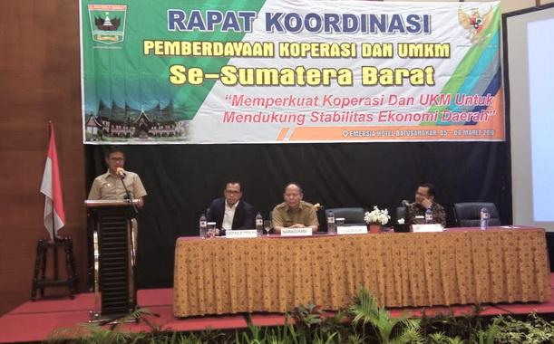 Gubernur Irwan Prayitno saat memberi sambutan pada Rakor Pemberdayaan Koperasi dan UMKM se Sumatera Barat di Emersia Hotel Batusangkar,