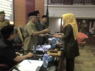 Juru bicara Fraksi Partai Golkar Marlina Suswati menyerahkan Pandangan Umum Fraksinya kepada Pimpinan Rapat