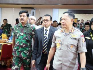 Kapolri didampingi Prof Ganefri saat di UNP Padang.