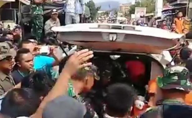 Mayat Hafis saat dimasukkan ke ambulan.