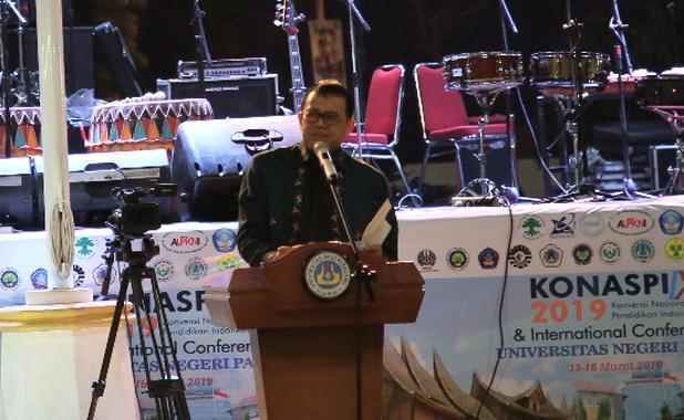 Menristek PT Muhammad Nassir pada pembukaan Konaspi IX di UNP Padang.
