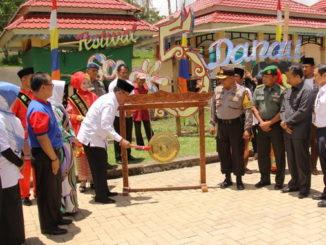 Pemukulan gong oleh Bupati Gusmal pertanda dimulainya Festival 5 Danau.